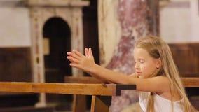 Menina bonito pequena que praing na igreja filme