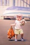 Menina bonito pequena que vai no feriado imagens de stock royalty free