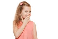 A menina bonito pequena surpreendeu o closing sua boca, isolada no fundo branco fotografia de stock