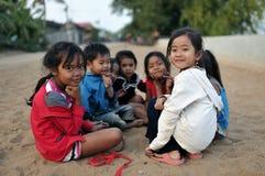 Menina bonito pobre feliz na vila de Ásia, Camboja Fotografia de Stock Royalty Free