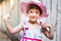 Menina bonito que acena contra o contexto do vintage Imagens de Stock Royalty Free