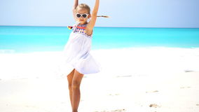 Menina bonito que anda na praia durante férias das caraíbas filme