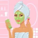 Menina bonito que aplica a máscara facial Fotos de Stock Royalty Free