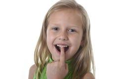 Menina bonito que aponta seus dentes nas partes do corpo que aprendem o serie da carta da escola Imagem de Stock Royalty Free