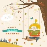 Menina bonito que balança e que lê um livro no parque do outono Foto de Stock Royalty Free