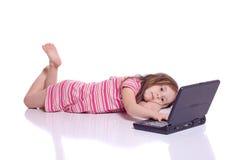 Menina bonito com um portátil Imagem de Stock