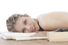 Menina bonito que começ uma massagem de pedra Fotografia de Stock Royalty Free