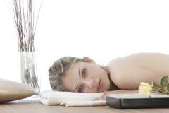 Menina bonito que começ uma massagem de pedra Foto de Stock