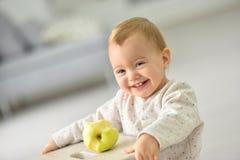 Menina bonito que come a maçã Fotografia de Stock Royalty Free