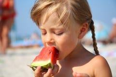 Menina bonito que come a melancia no verão Imagens de Stock Royalty Free