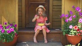 Menina bonito que come a morango no dia de verão vídeos de arquivo