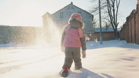 Menina bonito que corre na neve, tendo o divertimento video estoque