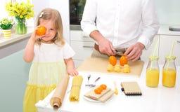 Menina bonito que cozinha na cozinha Fotografia de Stock