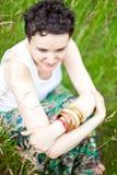 Menina bonito que descansa na grama fresca da mola foto de stock