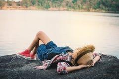 Menina bonito que dorme na rocha na natureza imagens de stock
