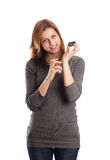 Menina bonito que esguincha o perfume em seu pulso Fotografia de Stock