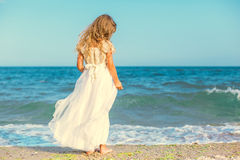 Menina bonito que está na praia do oceano Foto de Stock