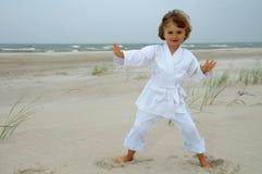 Menina bonito que exercita na praia Fotos de Stock Royalty Free