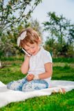 Menina bonito que fala no telefone Fotografia de Stock