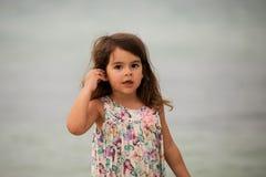 Menina bonito que guarda a concha do mar Imagens de Stock Royalty Free