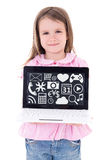 Menina bonito que guarda o portátil com aplicações e ícone dos meios Fotografia de Stock Royalty Free