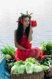 Menina bonito que guarda uma pimenta Imagens de Stock Royalty Free