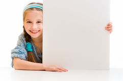 Menina bonito que guarda uma placa branca Imagem de Stock Royalty Free