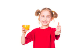 Menina bonito que guardara de vidro com sorriso do suco Imagens de Stock Royalty Free