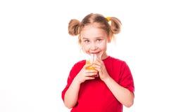 Menina bonito que guardara de vidro com sorriso do suco Imagem de Stock