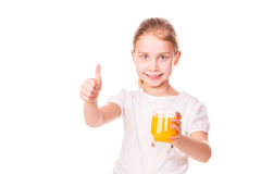 Menina bonito que guardara de vidro com sorriso do suco Foto de Stock Royalty Free