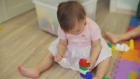 Menina bonito que joga com blocos e Toy Bear filme