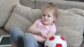 Menina bonito que joga com bola filme