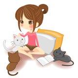 Menina bonito que joga com os gatinhos pequenos no wh Fotografia de Stock Royalty Free