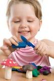 Menina bonito que joga com plasticine do jogo da cor imagem de stock royalty free