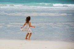 Menina bonito que joga na praia em Dubai Imagem de Stock