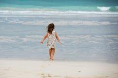 Menina bonito que joga na praia em Dubai Fotografia de Stock