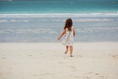 Menina bonito que joga na praia em Dubai Imagem de Stock Royalty Free