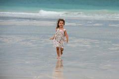 Menina bonito que joga na praia em Dubai Imagens de Stock Royalty Free