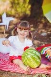 Menina bonito que joga no parque do verão. Ao ar livre Imagens de Stock
