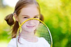 Menina bonito que joga o badminton fora Imagem de Stock
