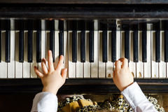 Menina bonito que joga o piano de cauda na escola de música Imagens de Stock Royalty Free