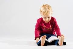 Menina bonito que lê o livro Foto de Stock Royalty Free