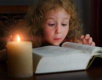 Menina bonito que lê um livro imagens de stock royalty free