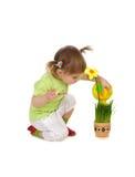 Menina bonito que molha a flor Fotografia de Stock