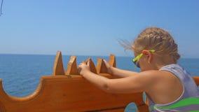 Menina bonito que monta um navio no mar A menina do adolescente aprecia uma viagem do barco no navio video estoque