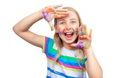 Menina bonito que mostra as mãos pintadas nas cores brilhantes isoladas no branco fotos de stock royalty free