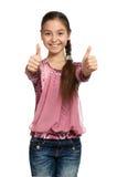 Menina que mostra os polegares acima com ambas as mãos fotografia de stock royalty free