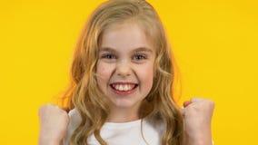 Menina bonito que mostra sim o gesto, sucesso, emo??es do prazer, close-up video estoque