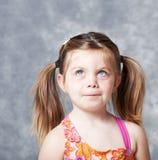 Menina bonito que olha acima para o copyspace Fotos de Stock Royalty Free