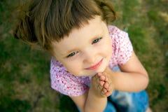 Menina bonito que Praying fotografia de stock royalty free
